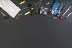 Strumenti elettronici del creatore di DIY con lo spazio della copia per testo su fondo nero immagine stock