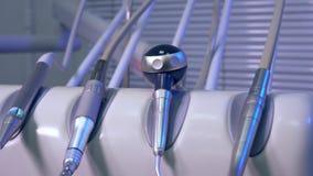 Strumenti medici e modello dentari del cursore del primo piano della mandibola stock footage