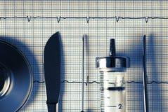 Strumenti medici su un fondo di ECG immagine stock libera da diritti