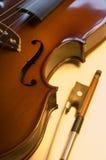 Strumenti musicali: alto vicino dell'arco e del violino (7) Fotografie Stock Libere da Diritti