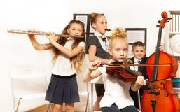 Strumenti musicali del gioco degli scolari insieme Immagini Stock Libere da Diritti