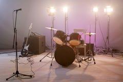 Strumenti musicali di concerto con un microfono Fotografie Stock Libere da Diritti