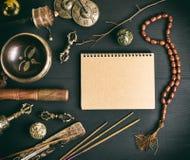 Strumenti musicali religiosi asiatici per la meditazione ed il taccuino Fotografia Stock Libera da Diritti