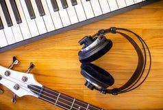 Strumenti musicali su fondo di legno fotografia stock libera da diritti