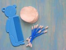 Strumenti per i bambini su fondo di legno blu con lo spazio della copia Immagine Stock Libera da Diritti