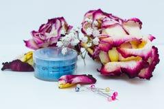 Strumenti per il cucito e le rose secche Fotografie Stock Libere da Diritti