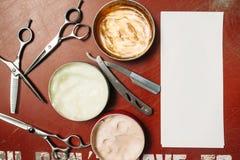 Strumenti per il hairstyling con la disposizione del piano della carta in bianco immagine stock libera da diritti