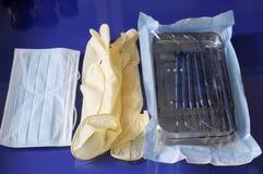 Strumenti per il lavoro dei guanti di una gomma del dentista fa antimicrobico fotografie stock