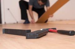 Strumenti per il montaggio del pavimento laminato immagini stock