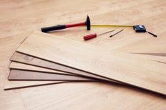 Strumenti per il montaggio del pavimento laminato Fotografia Stock