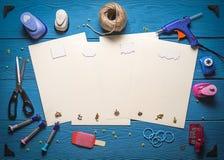Strumenti per scrapbooking sui bordi di legno Fotografie Stock