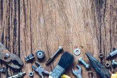 Strumenti pratici di varietà sul fondo di legno di lerciume fine di vista superiore immagini stock