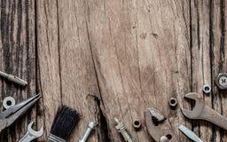 Strumenti pratici di varietà sul fondo di legno di lerciume fine di vista superiore fotografia stock