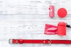 Strumenti rossi governare per la formazione dell'animale domestico sul modello di legno leggero di vista superiore del fondo Fotografie Stock