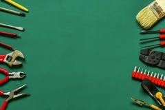 Strumenti sparsi per la riparazione di elettronica su un fondo verde Fotografie Stock Libere da Diritti