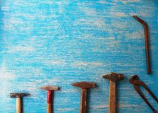 Strumenti sulla tavola di legno con lo spazio della copia immagine stock