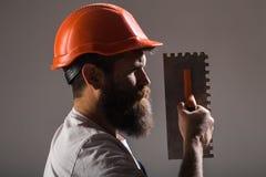 Strumento, cazzuola, tuttofare, costruttore dell'uomo Strumenti del muratore, costruttore Costruttori in casco, casco Lavoratore  immagini stock