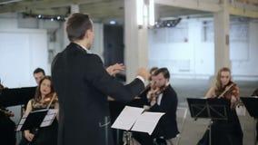 Strumento del gioco della sinfonia del conduttore di orchestra stock footage