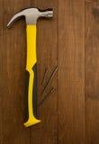 Strumento del martello su legno Fotografie Stock