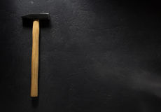 Strumento del martello sul nero Immagine Stock