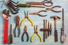 Strumento dell'artigiano di vista superiore su una tavola di legno Fotografie Stock Libere da Diritti