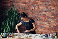 Strumento della donna del posto di lavoro dell'artigianato dell'argilla dello studio dell'artista fotografia stock libera da diritti