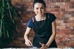 Strumento della donna del posto di lavoro dell'artigianato dell'argilla dello studio dell'artista fotografia stock