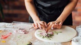 Strumento della donna del posto di lavoro dell'artigianato dell'argilla dello studio dell'artista immagini stock