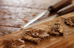 Strumento dello scalpello da legno del carpentiere con la scultura immagine stock