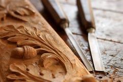 Strumento dello scalpello da legno del carpentiere con la scultura fotografia stock