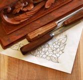 Strumento dello scalpello da legno del carpentiere con la scultura ed il disegno fotografie stock