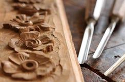 Strumento dello scalpello da legno del carpentiere con la scultura sul banco da lavoro di legno stagionato vecchio fotografia stock
