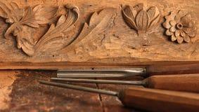 Strumento dello scalpello da legno del carpentiere con la scultura sul banco da lavoro di legno stagionato vecchio immagine stock