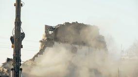Strumento di demolizione che tira giù alta parete, eliminando ostacolo, regime di rottura video d archivio