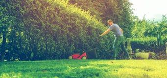 Strumento di falciatura del lavoro di cura del giardiniere dell'attrezzatura dell'erba del falciatore della falciatrice da giardi fotografia stock libera da diritti