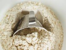 Strumento di misura in una ciotola di farina di frumento Fotografie Stock