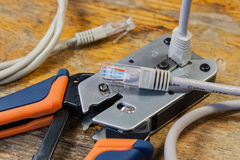Strumento di piegatura per il montaggio dei connettori RJ45 sul desktop in un'officina Immagine Stock
