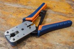 Strumento di piegatura per il montaggio dei connettori RJ45 sul desktop in un'officina Fotografie Stock Libere da Diritti