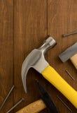 Strumento e chiodo del martello su legno Fotografia Stock
