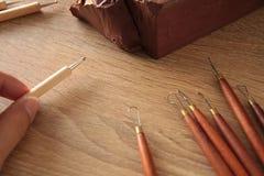 Strumento ed argilla della scultura sul posto di lavoro Immagini Stock