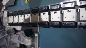 Strumento ed attrezzatura di piegamento per la lamiera sottile Gruppo di lavoro di fabbricazione I lavoratori regola la macchina  stock footage