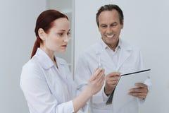 Strumento medico di sguardo di aiuto sorpreso Fotografia Stock