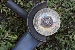 Strumento per il taglio del metallo sul primo piano dell'erba fotografia stock libera da diritti