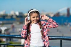 Strumień muzyka gdziekolwiek Dostaje muzyczną rodzinną prenumeratę Dostęp miliony piosenki Najlepszy muzyczni apps które zasługuj obrazy stock