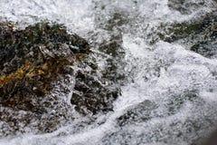 Strumień policzkował fala na kamieniu obrazy stock