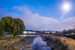 Strumień przy nocą w Kyoto z blaskiem księżyca fotografia royalty free