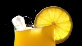 Strumień soku pomarańczowego zbliżenie zdjęcie wideo
