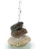 Strumień spada na stercie skały woda Zdjęcie Royalty Free