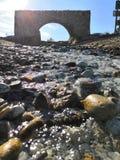Strumień z kamienia łukiem kamienny łękowaty skalisty zatoczki jaśnienie w słońcu obraz royalty free