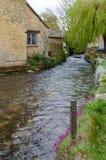 Strumienia bieg past domy przez Bourton na wodzie zdjęcie royalty free